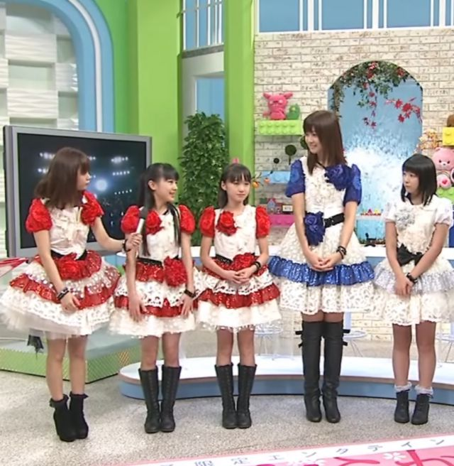 ハロプロのメンバーと並んで立つ熊井友理奈