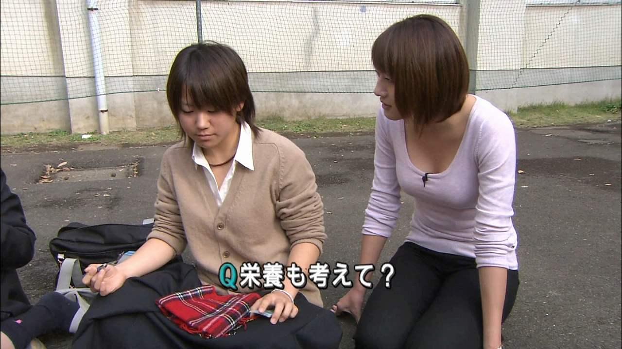 薄い長袖Tシャツを着た大島由香里アナの胸