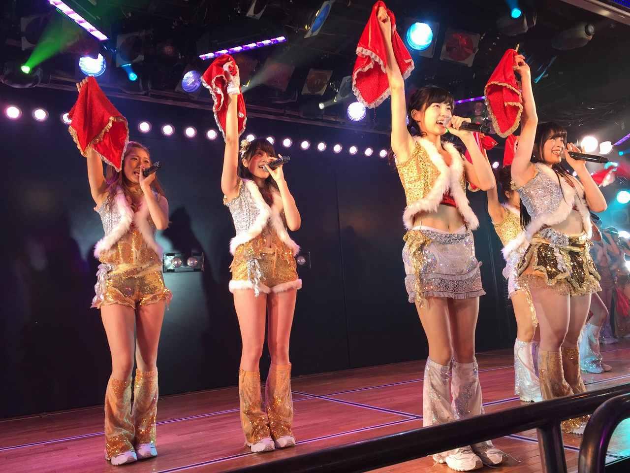 ステージ衣装を着た田北香世子の太もも