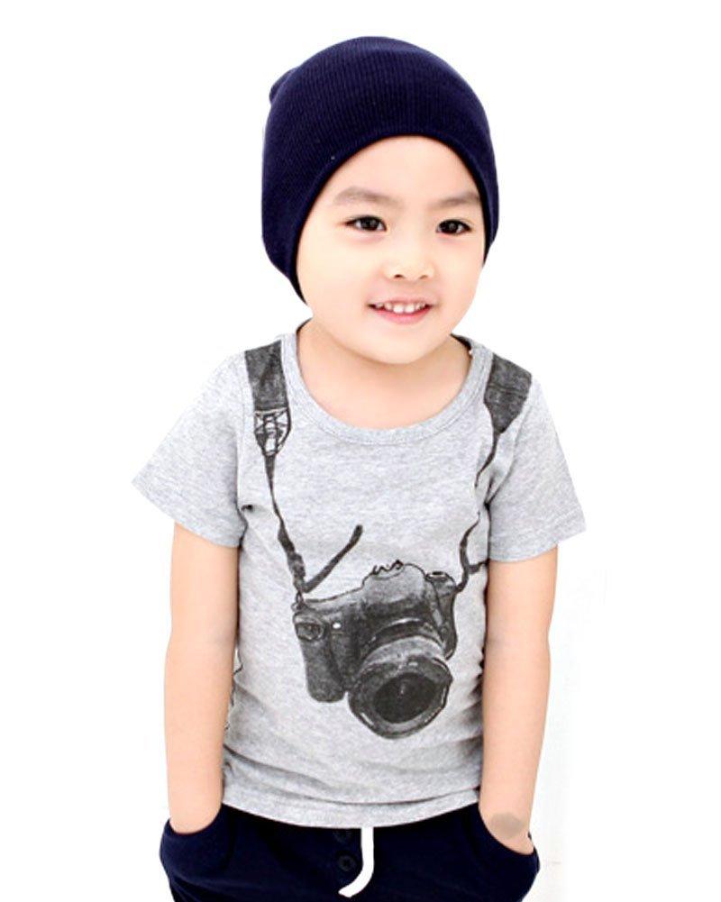 カメラがプリントされたTシャツを着た男の子