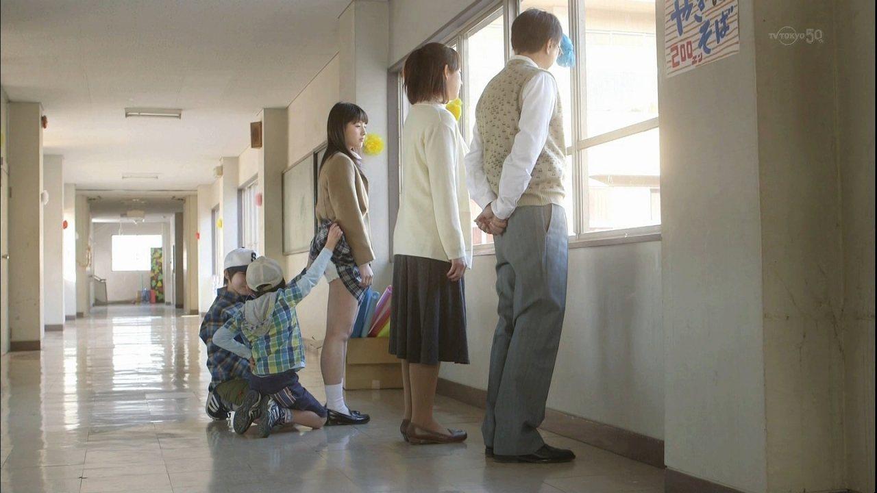 小学生にめくられて制服女子高生がパンチラ