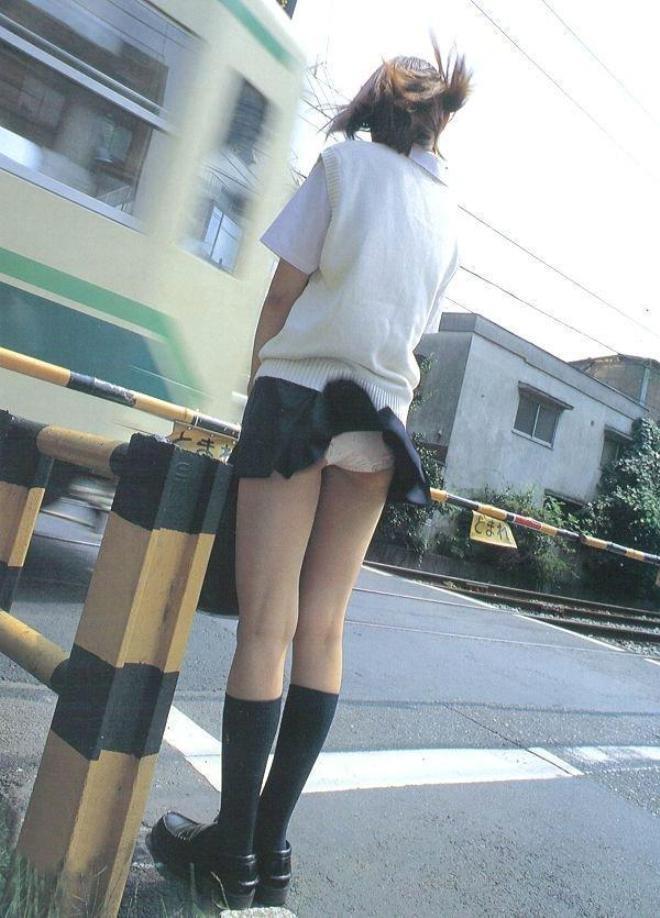 踏切、電車の風でパンチラする女子高生