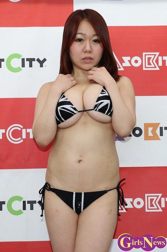 DVD「ぽちゃプニ」の発売を記念してラオックスに登場したKカップの吉沢さりぃ