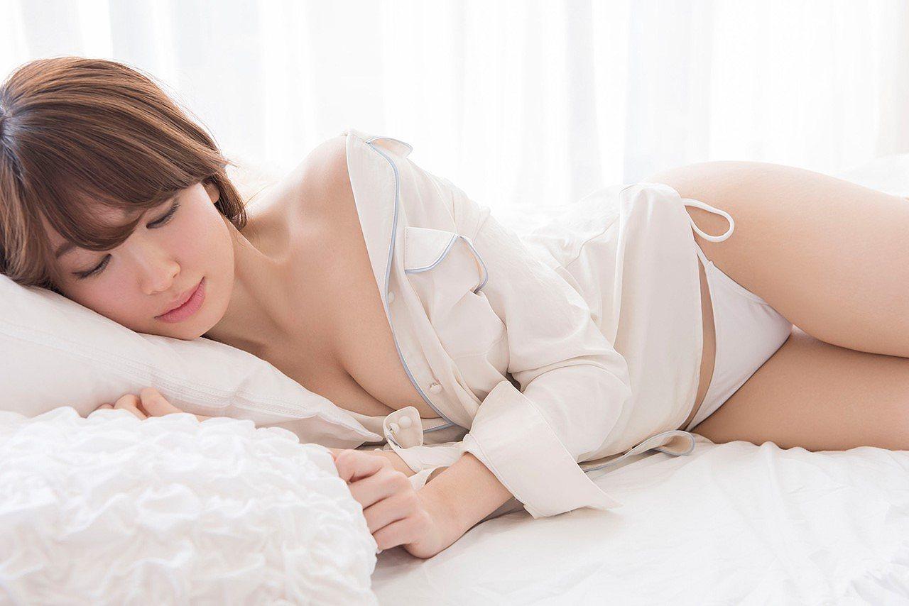 小嶋陽菜の写真集『どうする?』のセクシーショット