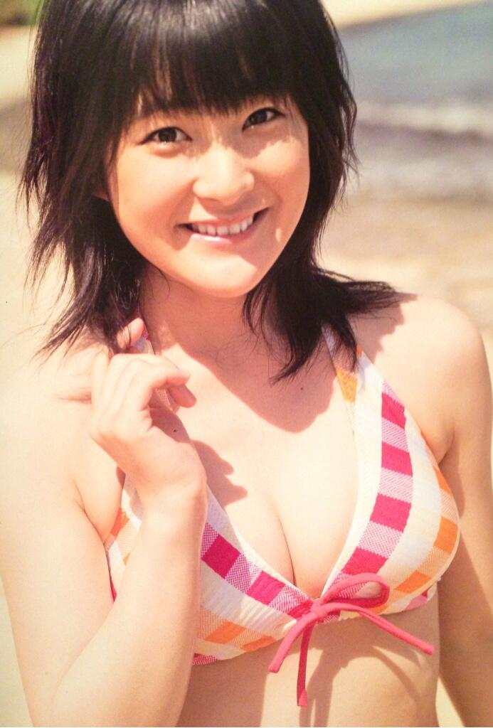 ビキニの水着を着た嗣永桃子