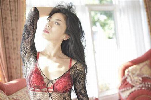 写真集「八反安未果 HATTAN AMIKA PHOTOBOOK」でセクシー下着を着た八反安未果