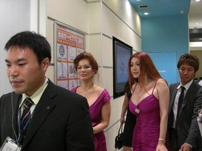 パチンコ営業中の叶恭子と叶美香