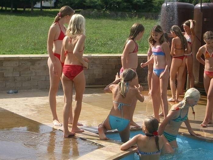 水着姿のロシアの小学生