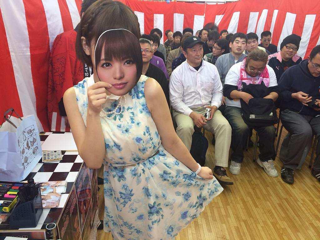 AV女優・佐倉絆のファンイベントに参加した男性ファン達