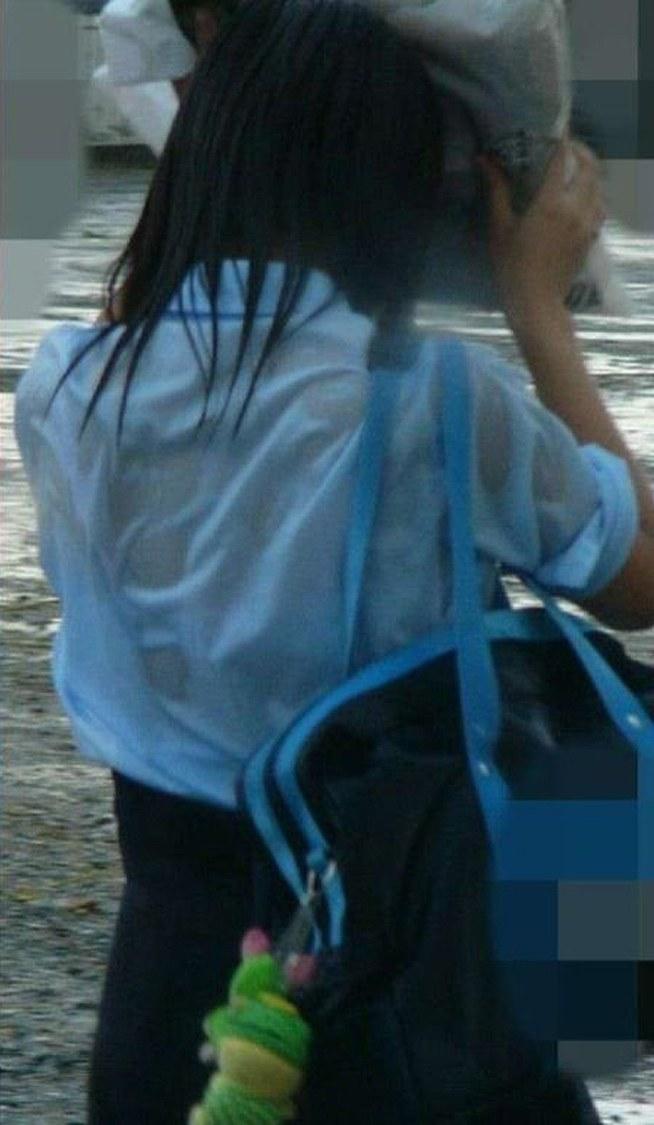 ずぶ濡れになってブラジャーが透けてる女子高生