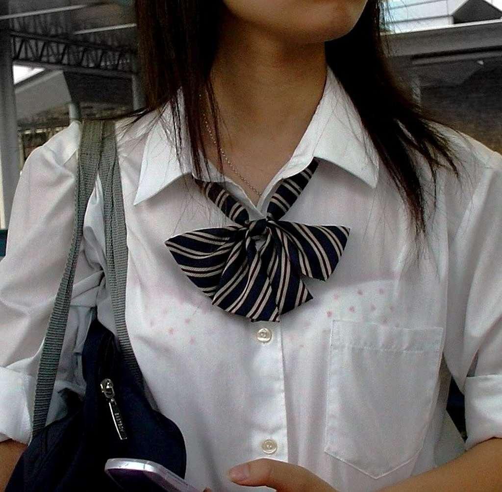 制服のシャツからブラジャーが透けてる女子高生