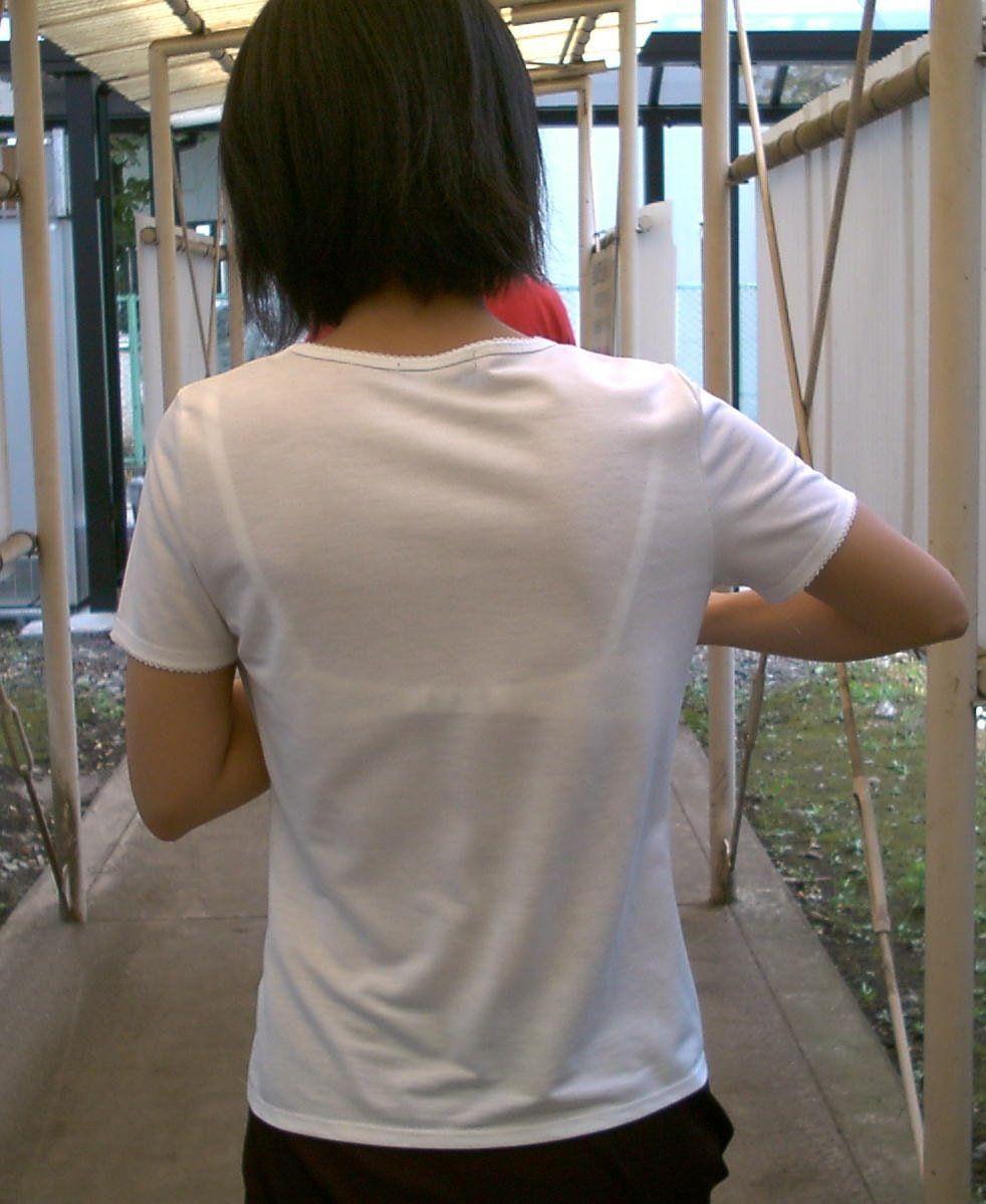 シャツからブラジャーが透けてる女子高生