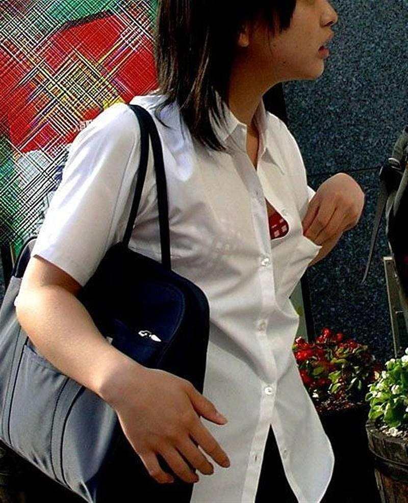 制服のシャツがはだけてブラジャーが見えてる女の子