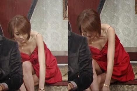 ミニスカートを履いた西川史子の脚