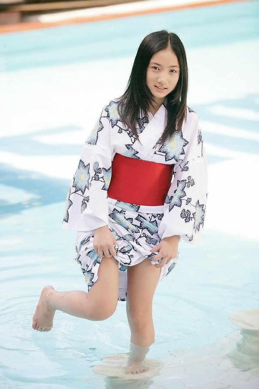 小学生のころの紗綾のグラビア