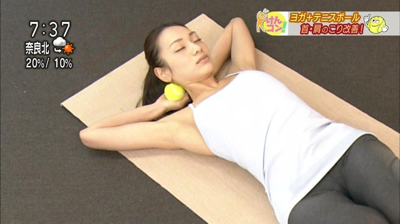 NHK、テニスボールとヨガを組み合わせたストレッチをする女性のマンスジが映る