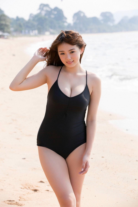 スクール水着を着た篠崎愛