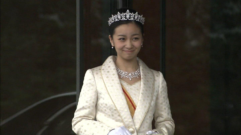 20歳の誕生日を迎え、ティアラを身につけて天皇皇后両陛下にあいさつされた佳子さま