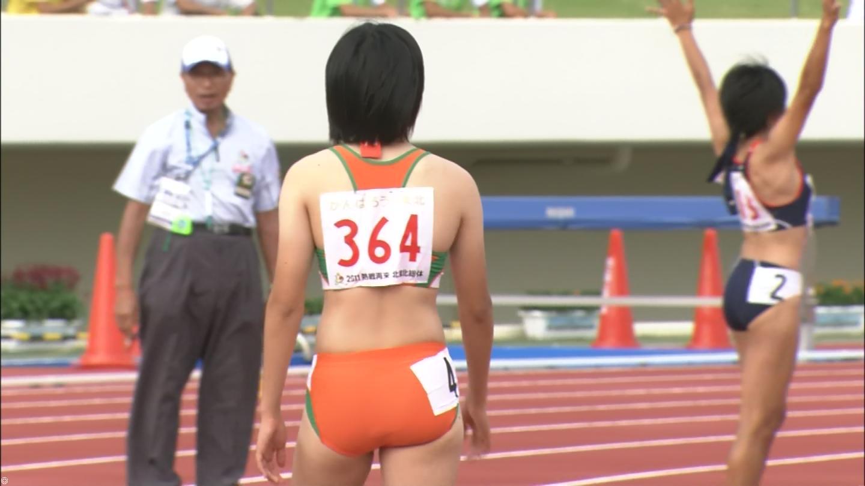 ユニフォームを着た女子高生の陸上選手