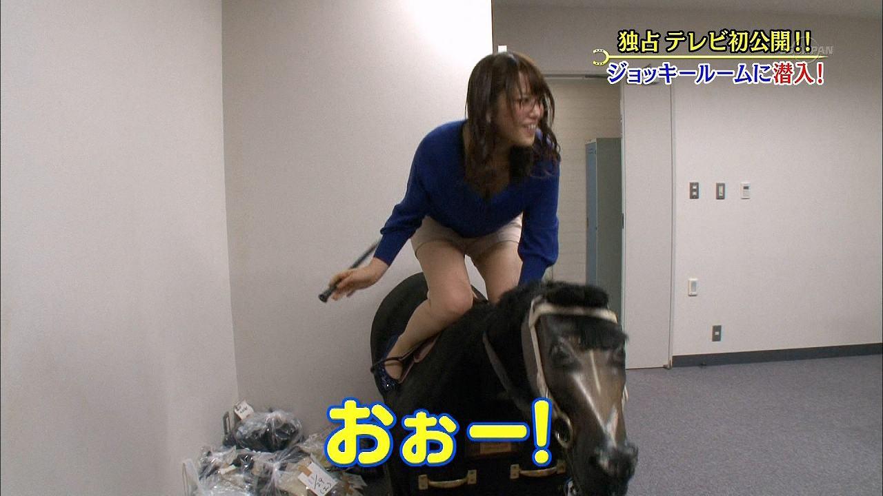 「ウイニング競馬」で木馬に騎乗して谷間が丸見えになった鷲見玲奈アナ