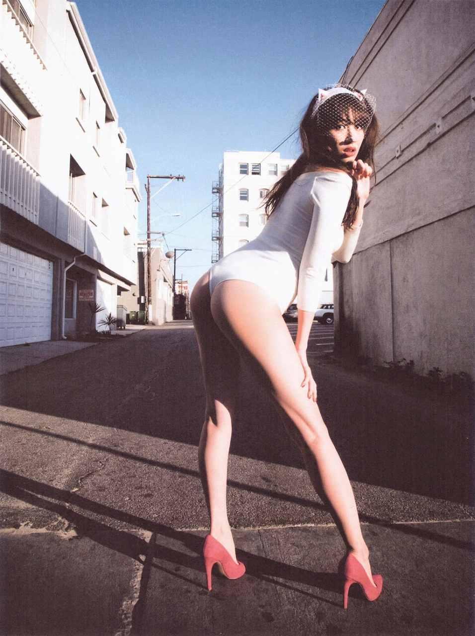 小嶋陽菜写真集「どうする?」のTバック画像