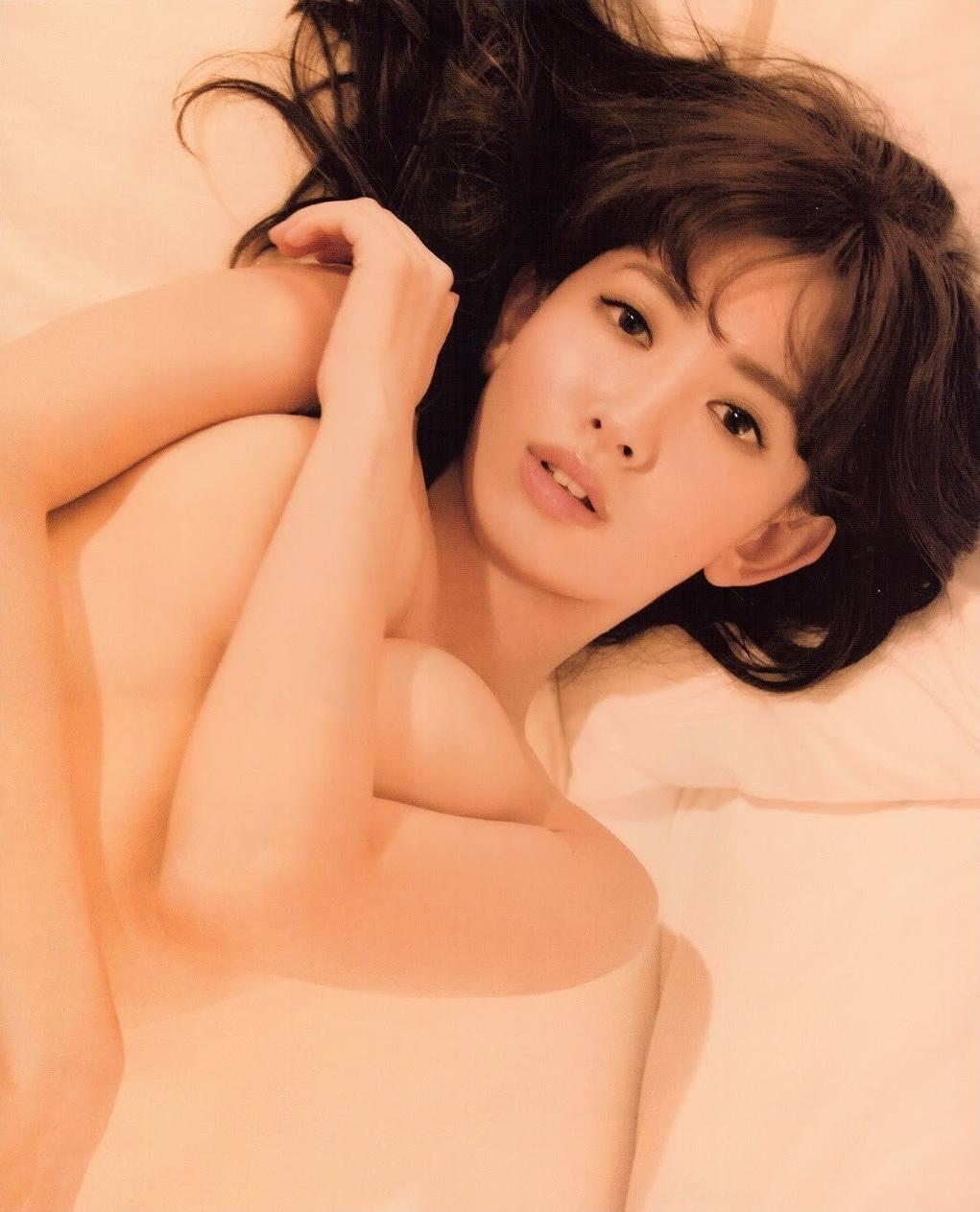 小嶋陽菜写真集「どうする?」の手ブラ画像