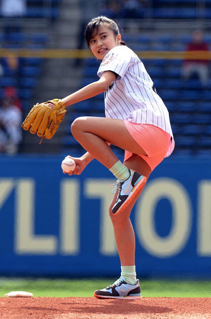 始球式で投げる小島瑠璃子