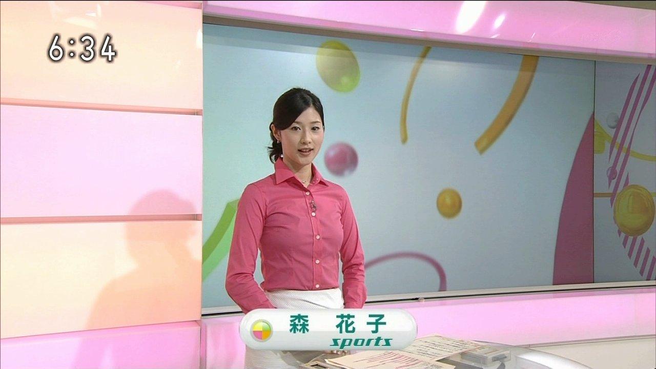 シャツを着たNHKの森花子アナ