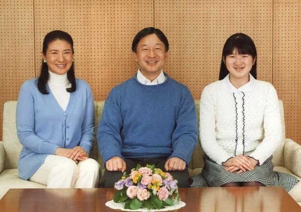 55歳の誕生日を迎えられ会見する皇太子殿下と雅子さま、愛子さま