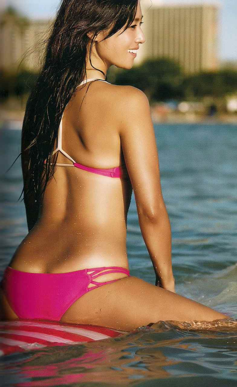 ビキニの水着でサーフィンをする深田恭子