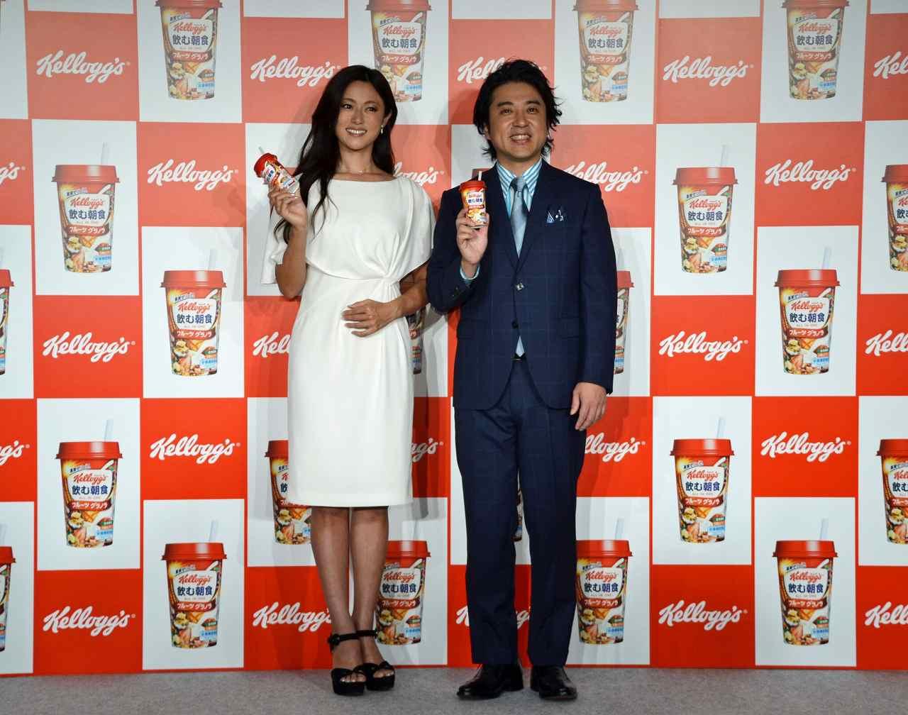 ケロッグ「飲む朝食 フルーツグラノラ」会見での深田恭子とムロツヨシ