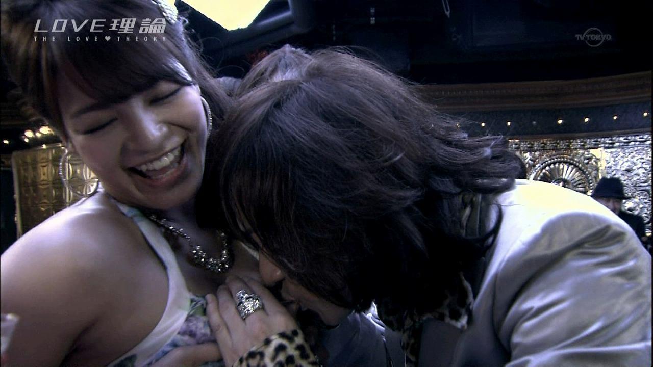 ドラマ「LOVE理論」で女の胸に顔をうずめるダイアモンド☆ユカイ