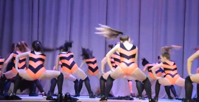 過激すぎて警察が捜査開始、ロシアの10代の女子生徒らがお尻を振るダンス(Twerking)