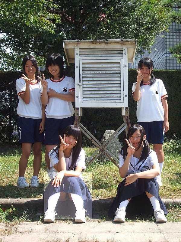 制服を着てパンチラしてる女子中学生(JS)