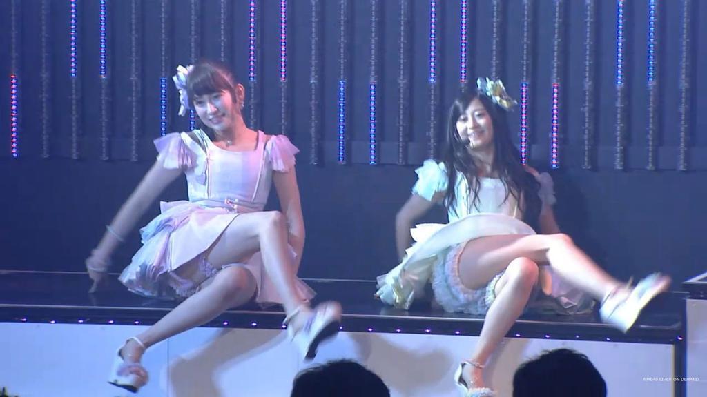 ステージでセクシーな振り付けのダンスをするNMB48・吉田朱里