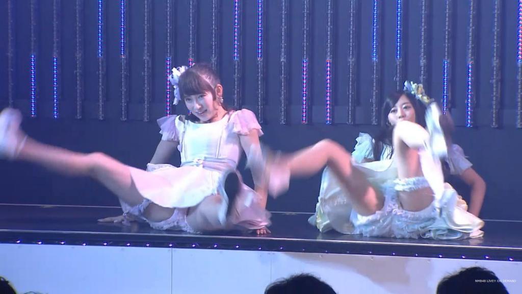 ステージでセクシーな振り付けのダンスをして開脚するNMB48・吉田朱里
