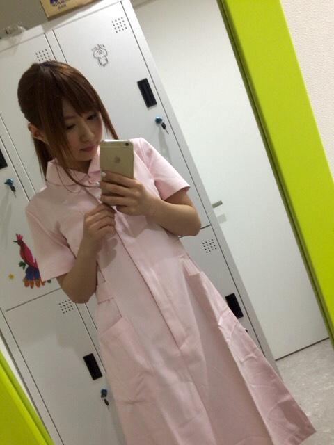 ぱちんこオリ術メガMIXの連載コラム「ここじょぶ。」の撮影で動物病院の看護師になる成瀬心美