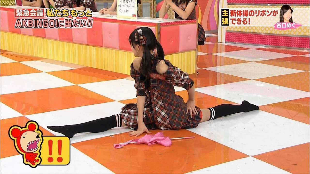 「AKBINGO!」で開脚するAKB48の谷口めぐ