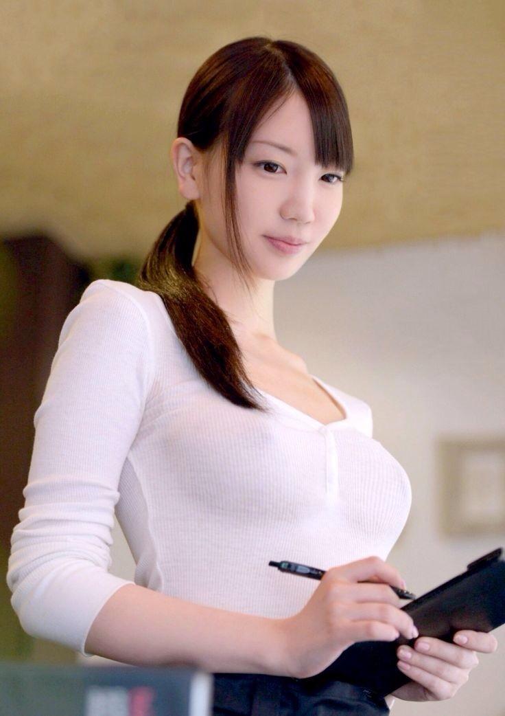 ノーブラで白い服を着た鈴木心春