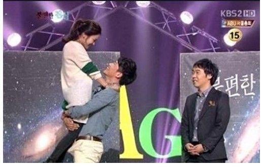 韓国のテレビ番組で女性を抱きあげて密着する男性