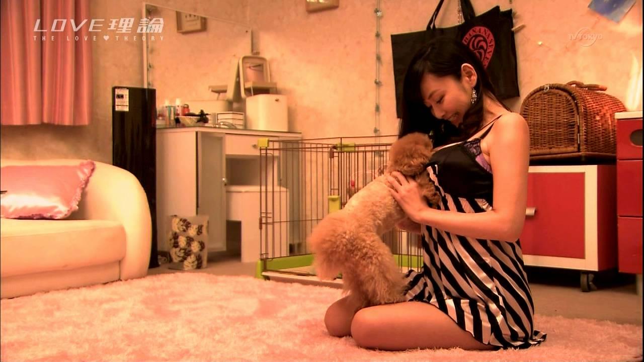 ドラマ「LOVE理論」、犬に餌をあげる杉原杏璃