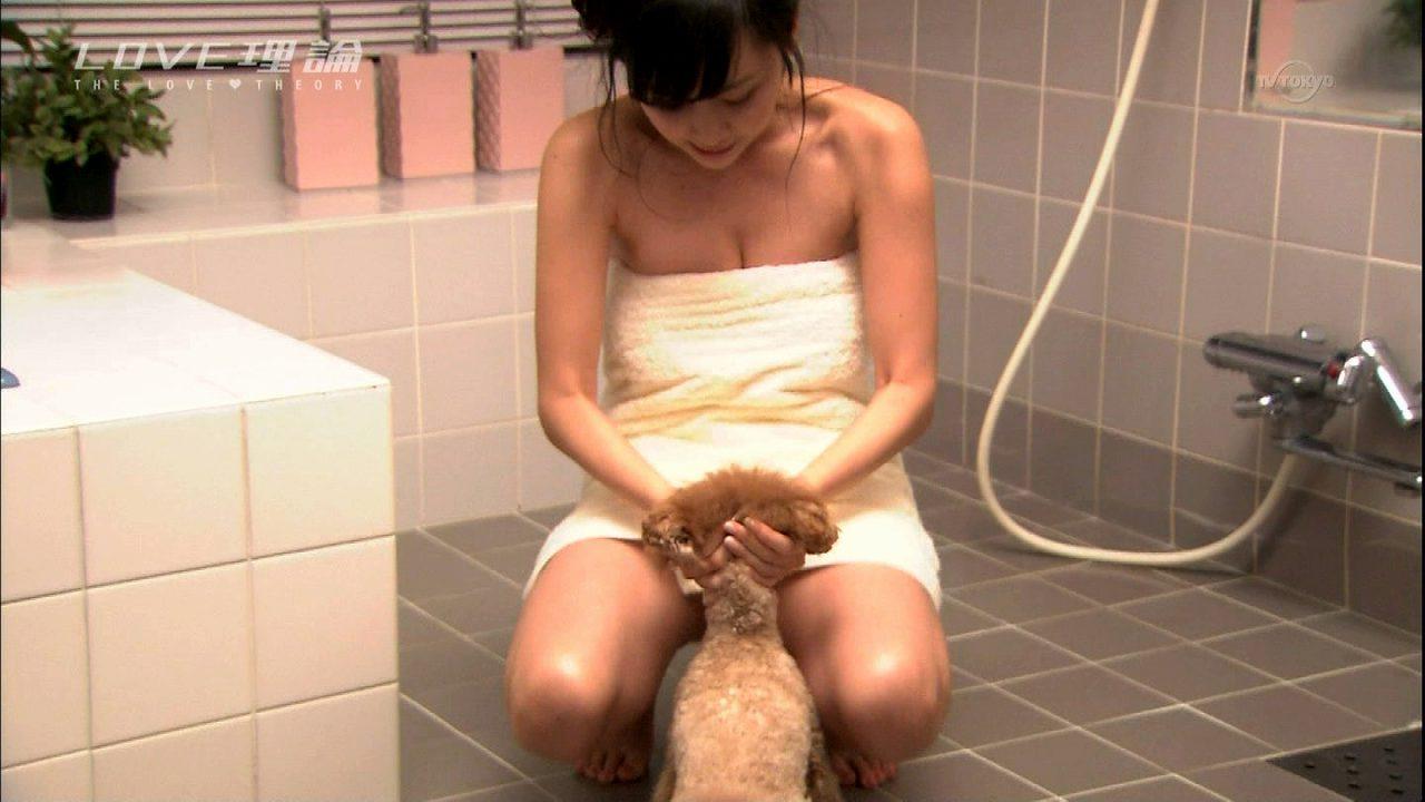 ドラマ「LOVE理論」、犬とお風呂に入る杉原杏璃