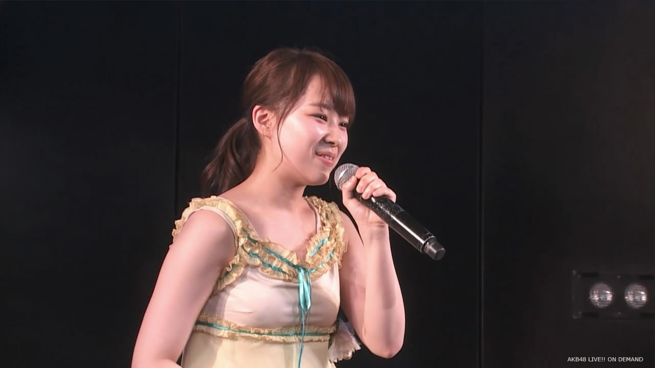 AKB48公演のMCで衣装からノーブラのおっぱいと乳首が浮き出る小笠原茉由