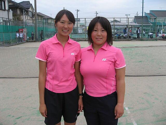 テニスウェアを着た巨乳女子