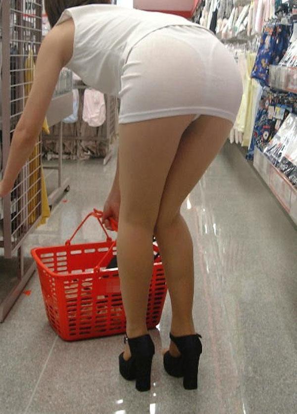 白いスカートでTバック下着がスケスケの女の子