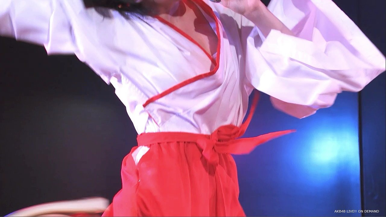 巫女コスプレをしてブラチラしてしまうAKB48の佐々木優佳里