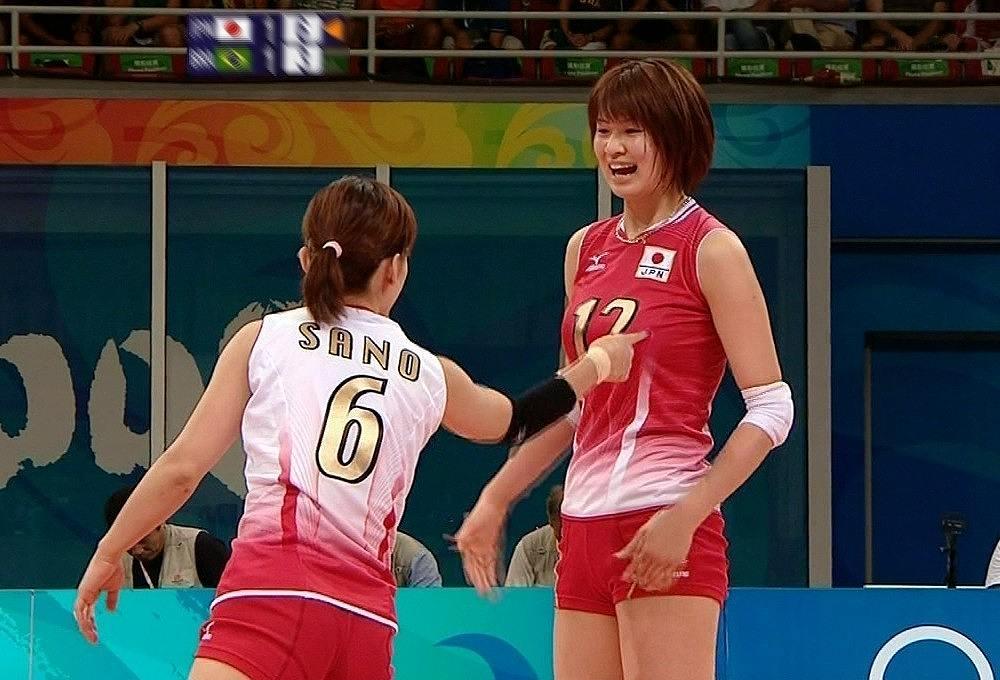 木村沙織の胸を突っつく佐野優子