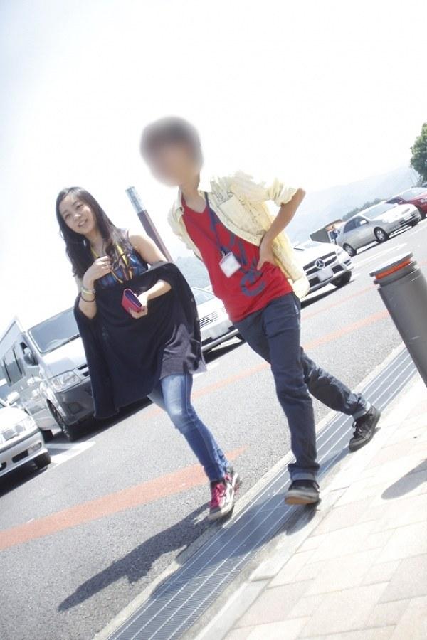 私服でタンクトップを着た佳子さまと同級生男子とのツーショット