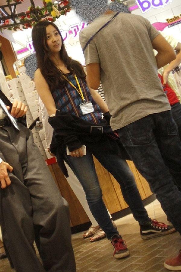 私服でタンクトップを着た佳子さまと同級生男子