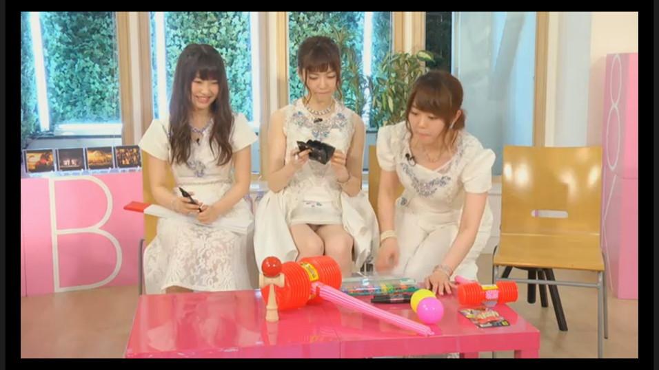 超ミニスカートの衣装で椅子に座った島崎遥香がパンチラでパンモロ